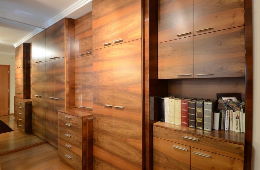 Különleges beépített szekrény folyosóra.