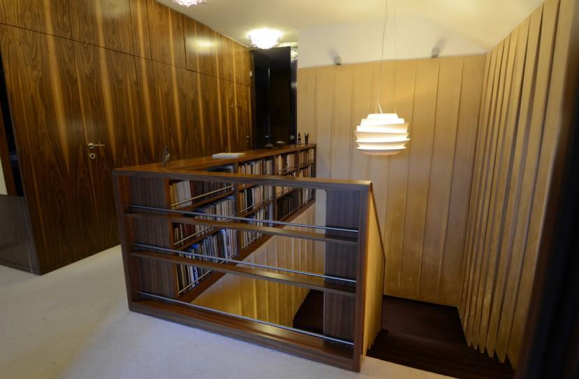 Veres Péter belsőépítész tervei alapján kivitelezett lépcső korlát és falburkolat.